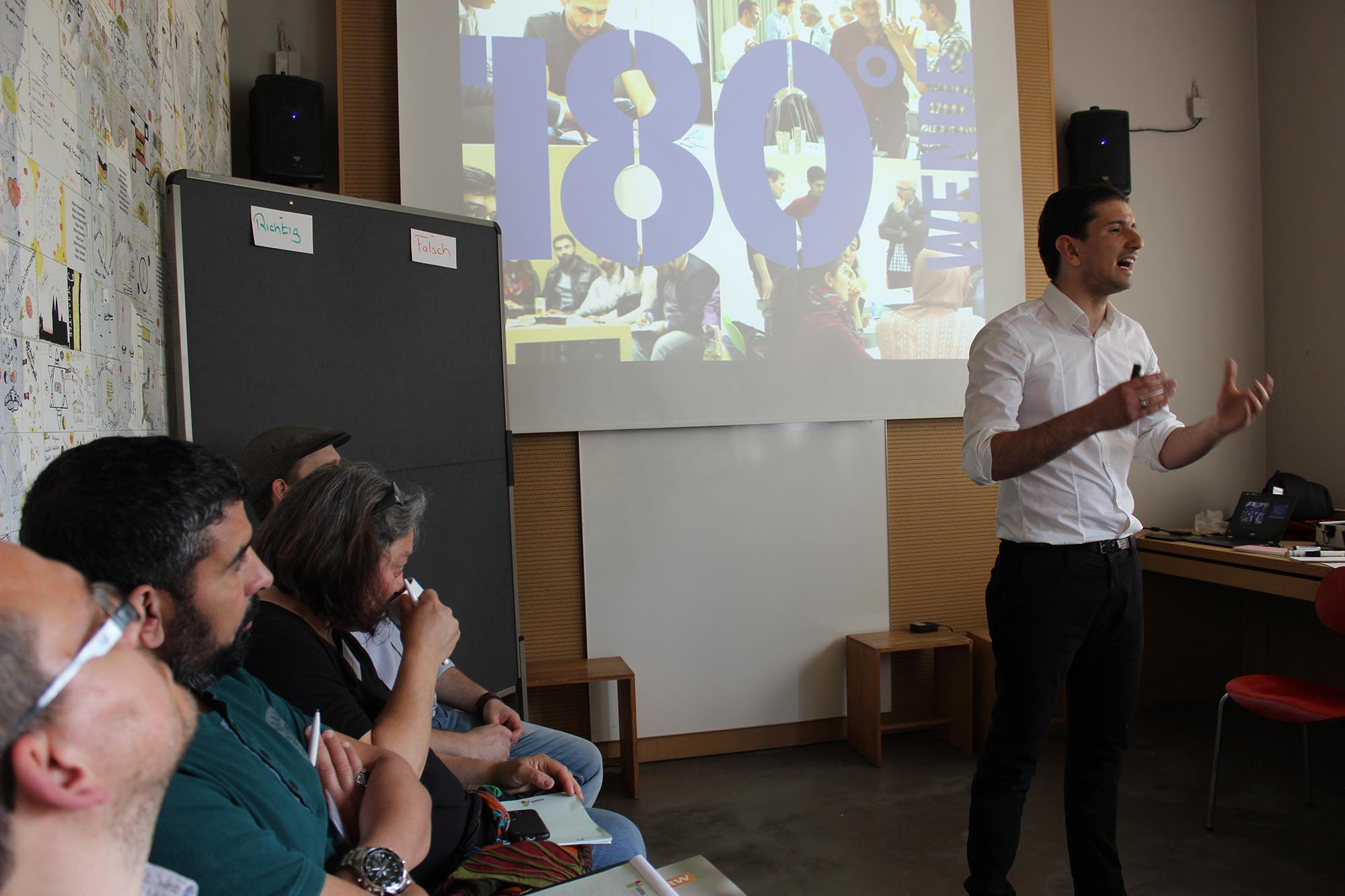 Numan präsentiert die Arbeit von 180 Grad Wende
